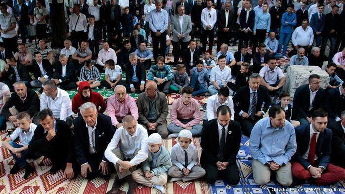 Muslime während des Eid ul-Fitr-Gebets in der Gazi-Husref-Bey-Moschee in Sarajevo; Foto: AFP/Getty Images