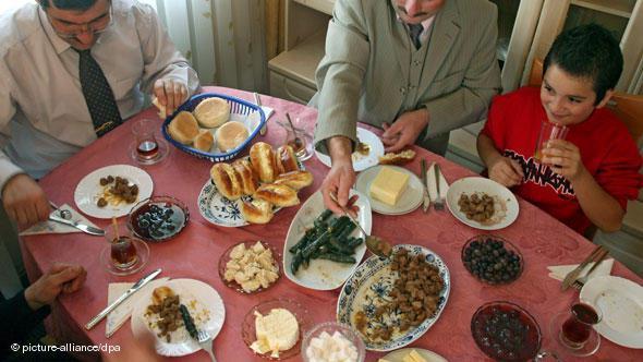 """Das """"Zuckerfest"""" in einer türkischen Familie in Kaufbeuren; Foto: Karl-Josef Hildenbrand dpa/lby"""