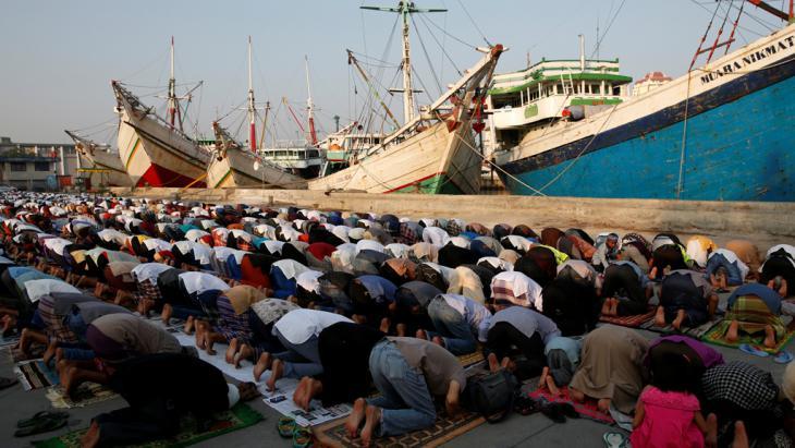 Gläubige Indonesier beim Gebet im Hafen Sunda Kelapa in Jakarta; Foto: Reuters/D. Whiteside