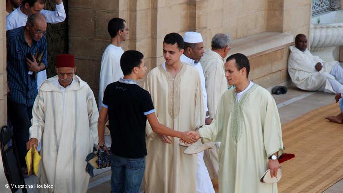 Junge Marokkaner gratulieren sich zum Eid ul-Fitr vor der Moschee Hassan in Rabat; Foto: Mustapha Houbice