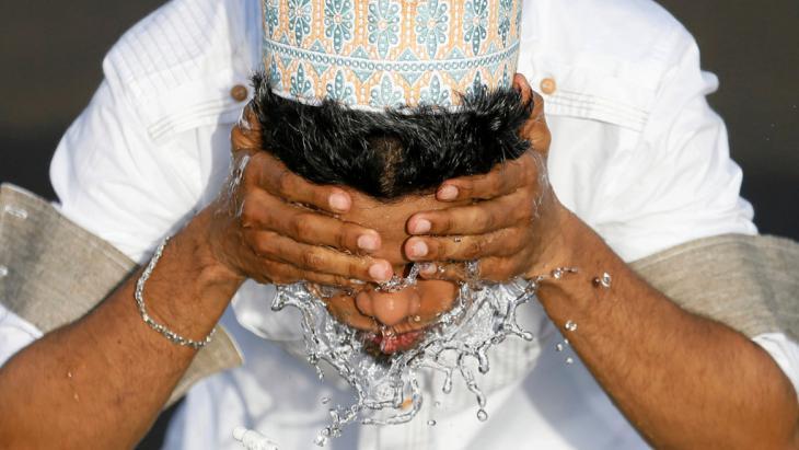 Waschung  zum Eid ul-Fitr-Morgengebet in Colombo, Foto: Reuters/D. Liyanawatte