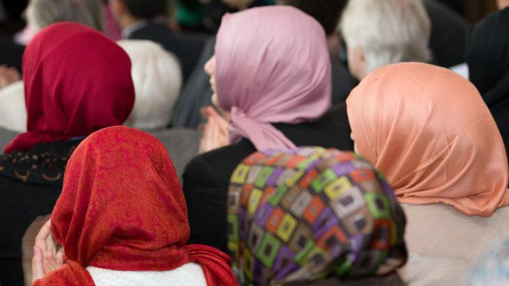 Studentinnen mit Kopftuch; Foto: picture-alliance/dpa/F. Gentsch