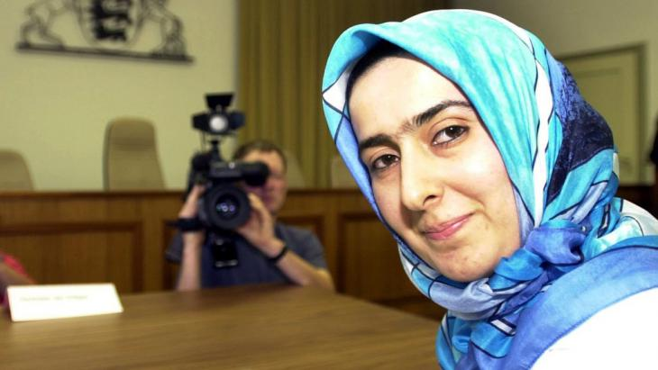 Die Lehrerin Fereshta Ludin am 26.06.2001 im Verwaltungsgerichtshof Baden-Württemberg in Mannheim vor der Urteilsverkündung im Kopftuch-Streit; Foto: dpa/picture-alliance
