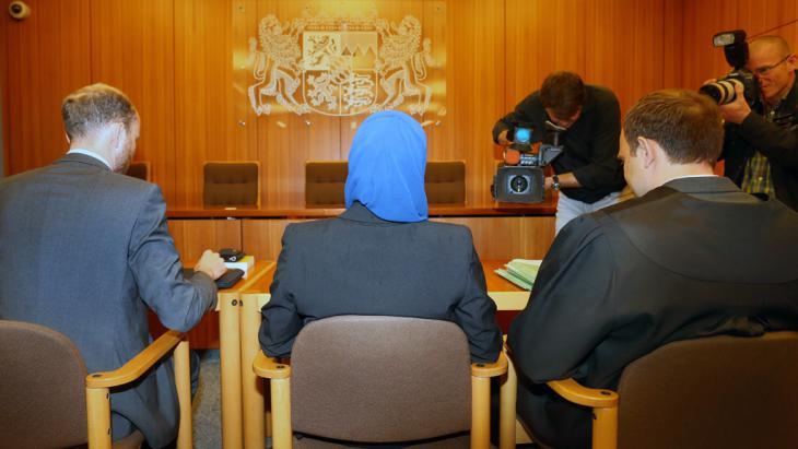 Jurastudentin klagt vor dem Verwaltungsgericht Augsburg gegen Einschränkungen beim Rechtsreferendariat wegen des Tragens eines Kopftuches; Foto: picture-alliance/dpa/K.-J. Hildenbrand