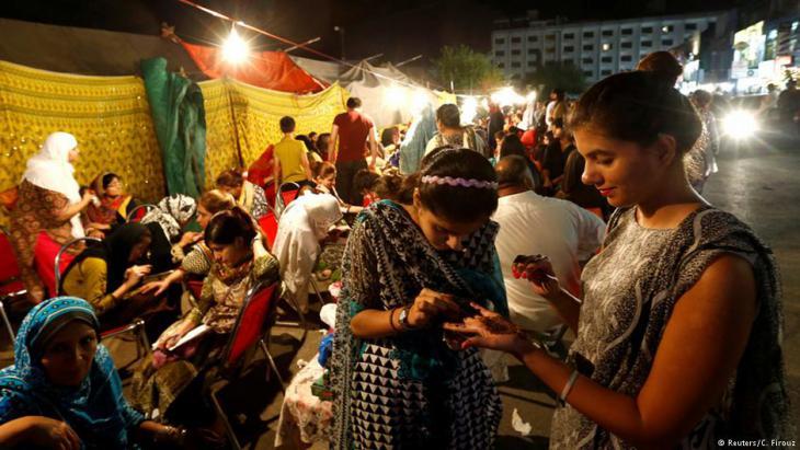 Frauen lassen sich in Islamabad, Pakistan, die Hände mit Henna bemalen, 6.07.2016; Foto: Reuters/C. Firouz