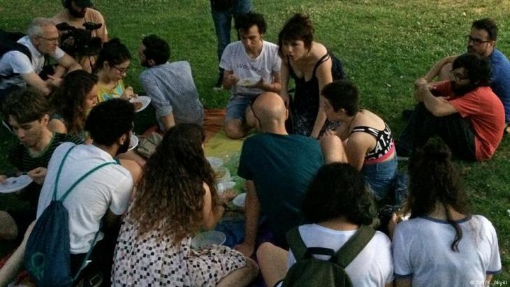 Mitglieder einer Istanbuler LGBT-Organisation beim Fastenbrechen; Foto: Kürsat Akyol / DW