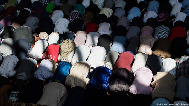 Muslime beten in einer Hamburger Sporthalle am Eid al-Fitr, 5.06.2016; Foto: picture-alliance/dpa/L. Schulze