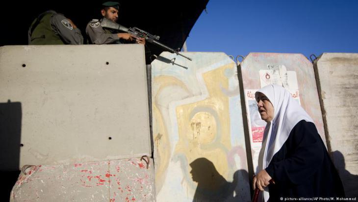 Eine palästinensische Frau passiert den Qalandia Checkpoint zwischen Ramallah und Jerusalem; Foto: picture-alliance/AP Photo/M. Mohammed