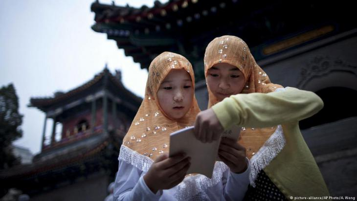 Zwei muslimische Mädchen vor der Niujie-Moschee in Peking, 1.08.2011; Foto: picture-alliance/AP Photo/A. Wong