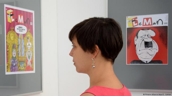Frau betrachtet Karikatur in der Caricatura-Galerie in Kassel; Foto: dpa/Göran Gehlen
