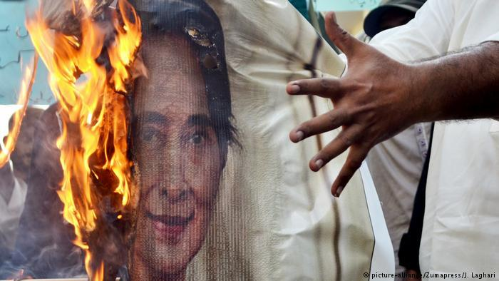 Proteste in Hyderabad gegen Aung San Suu Kyi; Foto: picture-alliance/Zumapress/J. Laghari