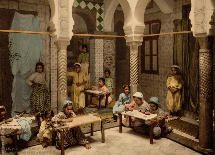 Die Luce Ben Aben Schule für arabische Stickerei, Algiers, Algerien, 1899; Foto: Raseef22