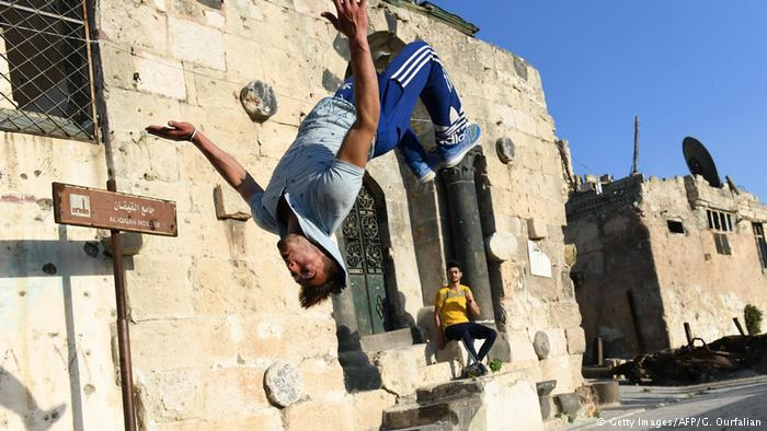 Syrien Jugendliche Parkour in Aleppo; Foto: Getty Images/AFP/G. Ourfalian