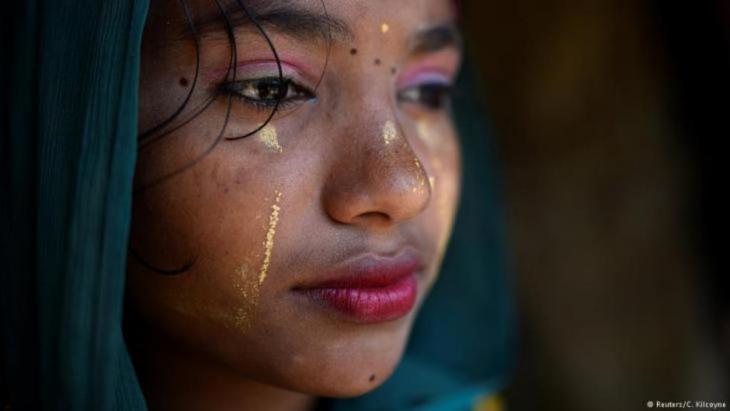 """Razina Begum ist sechzehn Jahre alt und trägt Thanaka-Paste im Gesicht. Am 1. April 2018 posiert sie im Jamtoli-Lager in Cox's Bazar, Bangladesch, für ein Foto. """"Ich verwende die Creme, um mein Gesicht sauber und frisch zu halten. Ich trage sie jeden Tag"""", sagt sie. (Foto: Reuters/Clodagh Kilcoyne)"""