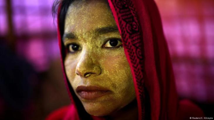 Die 23-jährige Rohingya Laila Begum lässt sich am 31. März 2018 im Balukhali-Lager in Cox's Bazar, Bangladesch fotografieren. Auch sie hat Thanaka-Paste aufgetragen.(photo: Reuters/Clodagh Kilcoyne)