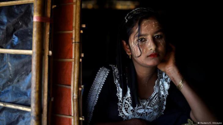 """""""Das Make-up ist mein Hobby und zugleich unsere Tradition. Ohne Reis kann ich überleben, aber nicht ohne Make-up"""", sagt die dreizehnjährige Juhara Begum. Sie lebt seit September letzten Jahres in Cox's Bazar. Auch im Flüchtlingslager trägt sie die Paste im Gesicht. """"Ich wohne oben auf dem Hügel und durch die starke Sonneneinstrahlung ist es sonst zu heiß."""" (photo: Reuters/Clodagh Kilcoyne)"""
