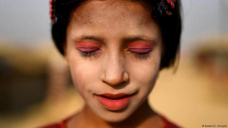 Rohingya-Frauen glauben, die Paste halte ihre Haut geschmeidig und kühl. Sie schütze gegen die Sonne und wirke auch gegen Akne. (photo: Reuters/Clodagh Kilcoyne)