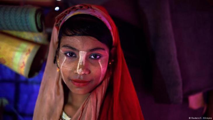 """Die 14-jährige Senuara Begum ist aus Myanmar geflohen und lebt jetzt im Jamtoli-Lager in Cox's Bazar, Bangladesch. Im April 2018 posiert sie hier für ein Foto mit Thanaka-Paste im Gesicht. """"Ich mag mein Make-up"""", sagt sie. (Foto: Reuters/Clodagh Kilcoyne)"""