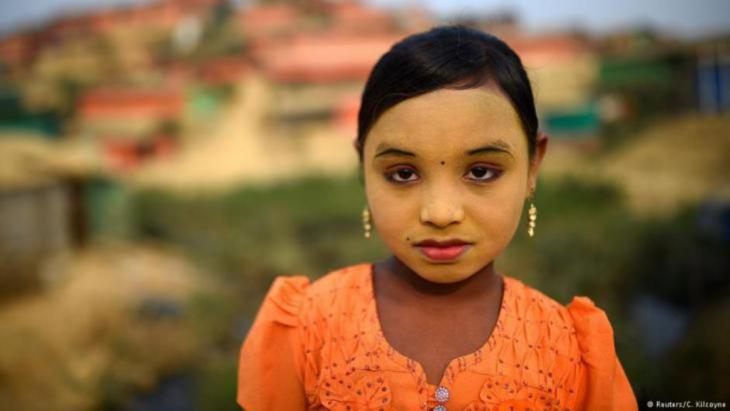 """Zannat Ara, ein neunjähriges Rohingya-Mädchen, sagt, Thanaka schütze sie gegen die Schwärme von Insekten im Kutupalong-Flüchtlingslager, in dem sie jetzt lebt. """"Ich trage Make-up, um mein Gesicht sauber zu halten"""", sagt sie, """"aber auch, weil es hier Insekten gibt, die mich stechen. So kann ich sie fern halten."""" (Foto: Reuters/Clodagh Kilcoyne)"""