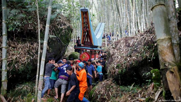 Trauerzug in Toraja; Foto: Darren Whiteside/Reuters