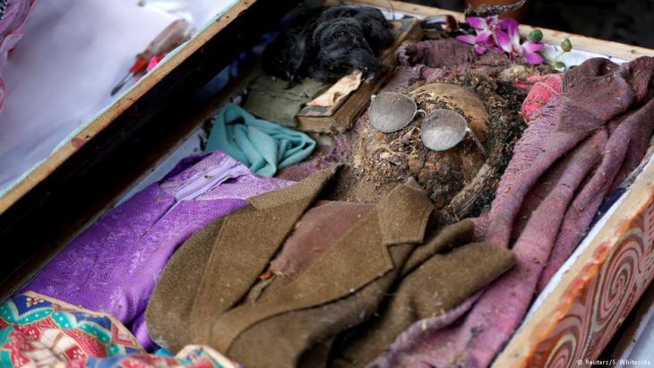 """Mumifizierte Überreste eines Mannes nach der Sargöffnung durch Familienmitglieder in Loko'mata, einer traditionellen Grabstätte von Toraja, während des """"Ma'nene""""-Totenrituals in der Nähe von Rantepao (Nord-Toraja) in Sulawesi; Foto: Darren Whiteside/Reuters"""