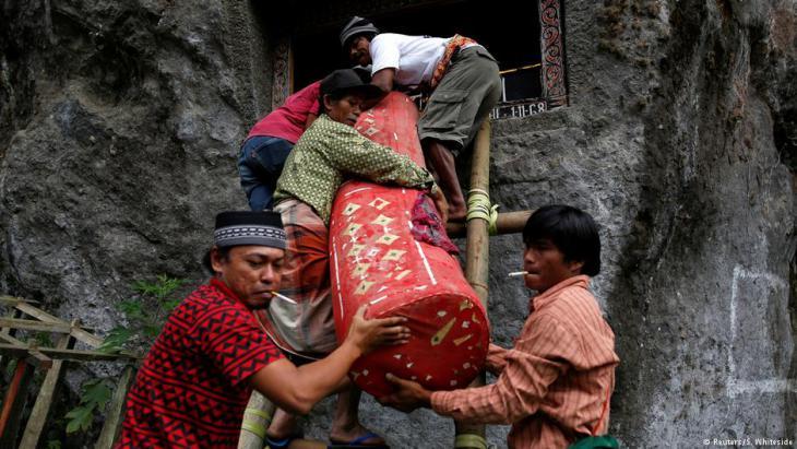 Transport eines Leichnams zu den Gräbern von Toraja; Foto: Darren Whiteside/Reuters