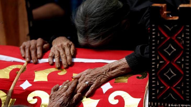 Menschen aus Toraja trauern um ihre toten Angehörigen; Foto: Darren Whiteside/Reuters