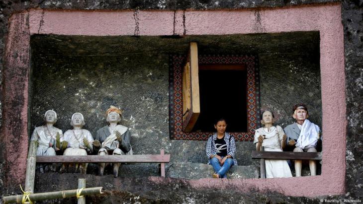 Der 21-jährige Bergbauingenieur Renolt Patrian vor der Grabkammer seiner verstorbenen Großmutter in Toraja; Foto: Darren Whiteside/Reuters
