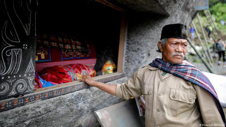 Einwohner von Tana Toraja an einem Felsgrab; Foto: Darren Whiteside/Reuters