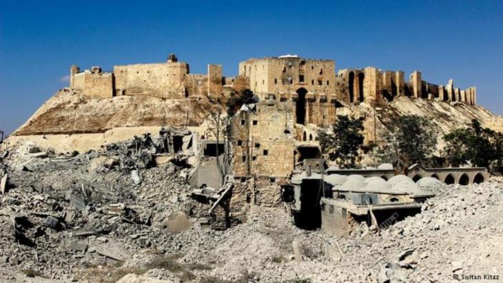 Viele Gebäude um die Zitadelle von Aleppo sind bereits zerstört; diese Aufnahme stammt von 2014. Foto: Sultan Kitas