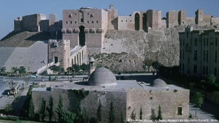 Der Sultaniyya-Moschee-Komplex aus dem 13. Jahrhundert, direkt vor der Zitadelle von Aleppo gelegen. Foto: Staatliches museum zu Berlin, Museum für islamische Kunst/ E.Wirth