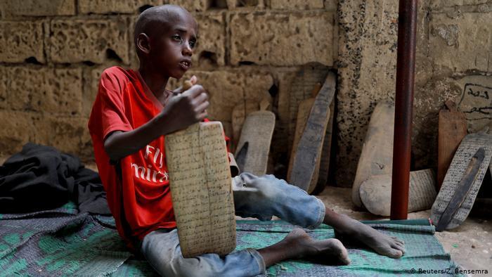 """Der achtjährige Omar Wone sitzt auf dem Boden einer sogenannten """"Daara"""", wie die Koranschulen im Senegal genannt werden; Foto: Reuters"""