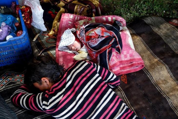 Familienmitglied der Gobut und ein Baby schlafen; Foto: Reuters/Osman Orsal
