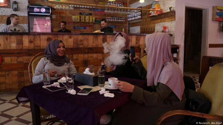 Die 23jährige Saly Abu Amra (l.), eine Studentin der Fachrichtung Islamisches Recht, raucht gemeinsam mit ihren Freundinnen eine Wasserpfeife in einem Café in Gaza City am 4. Dezember 2018; Foto: Reuters/Samar Abo Elouf