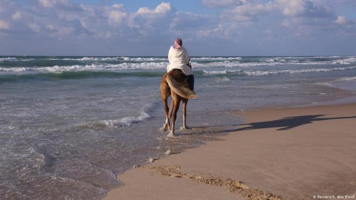Suad Dawood reitet am Strand von Gaza City; Foto: Reuters/Samar Abo Elouf