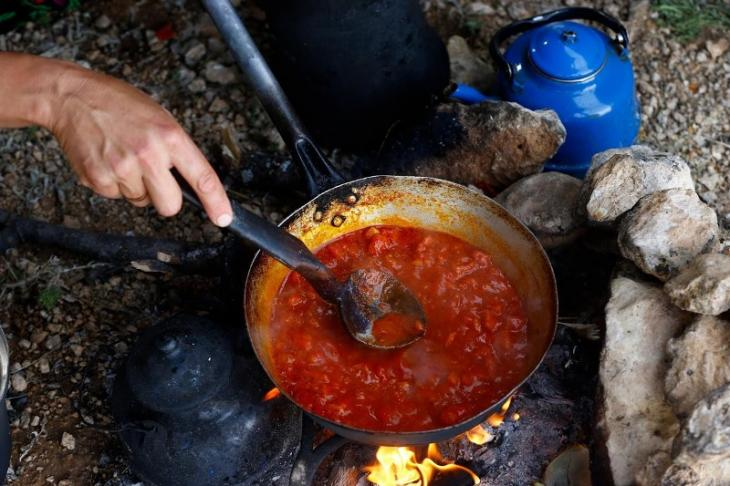 Zubereitung des Abendessens vor einem der zelte der Gobut-Familie; Foto: Reuters/Osman Orsal