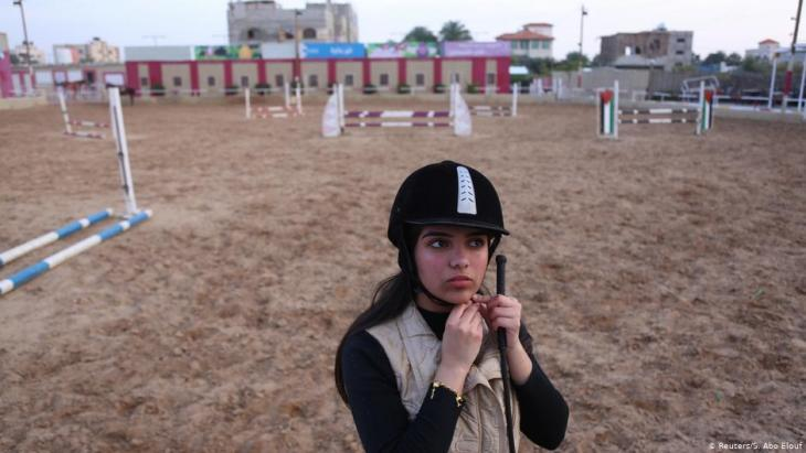 Die Gymnasiastin Fatma Youssef rückt in einem Reit-Club in Gaza City ihren Helm zurecht; Foto: Reuters/Samar Abo Elouf