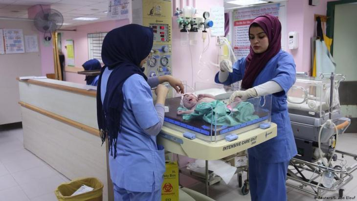Hebamme Sara Abu Taqea (r.) wiegt ein Neugeborenes auf der Entbindungsstation im Gaza-Krankenhaus Al-Ahli; Foto: Reuters/Samar Abo Elouf