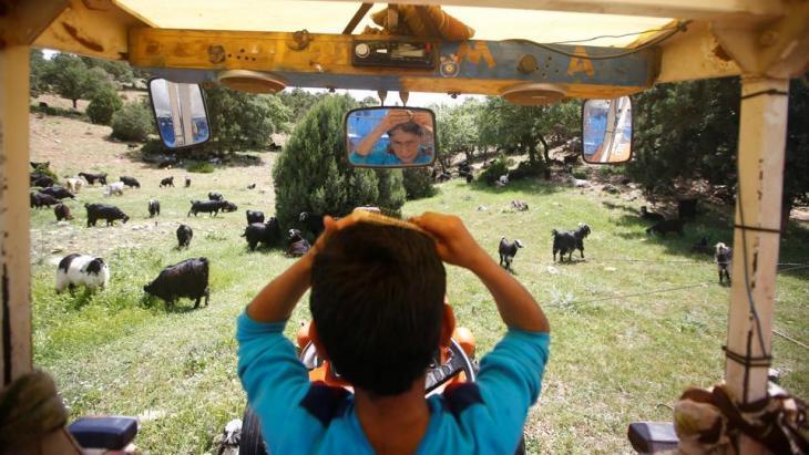 Yunus Gobut kämmt sich seine Haare in einem Traktor; Foto: Reuters/Osman Orsal