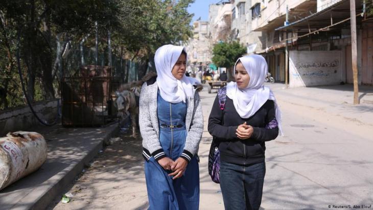 Wessal Abu Amra (r.) spaziert mit einer Schulfreundin durch die Straßen in Gaza City; Foto: Reuters/Samar Abo Elouf