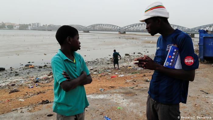 Der 13-jährige Ngorsek sucht in den Müllcontainern der Stadt Saint-Louis nach Essen; Foto: Reuters
