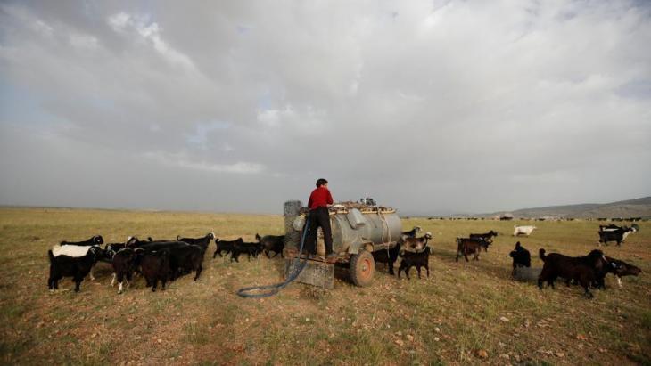 Mehmet Gobut an einem Wassertank in der Nähe von Konya; Foto: Reuters/Osman Orsal