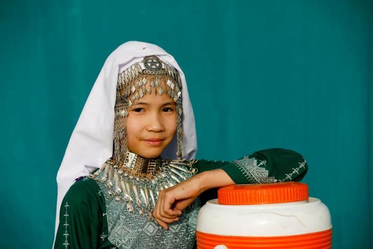 Hazara-Mädchen im traditionellen Kostüm am Hazara-Kulturtag im pakistanischen Qayum-Papa-Stadion von Mari Abad; Foto: Reuters/Akthar Soomro