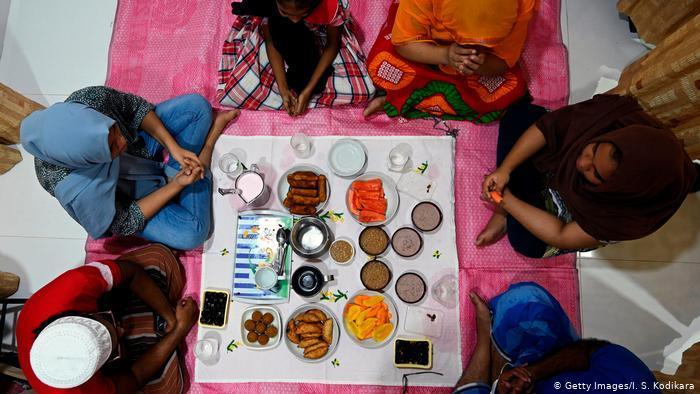 Sri Lanka - Fastenbrechen trotz Virus: Nach mitteleuropäischen Kriterien wäre das Treffen dieser Familie in Malwana auf Sri Lanka nicht im Sinne der Corona-Bekämpfung. Auf Abstand achtet man hier nicht, aber auf das Ritual beim Fastenbrechen im Ramadan. Das Tuch reich gedeckt, ein letztes gemeinsames Gebet - und dann wird verzehrt, was die Familie gemeinsam mitgebracht hat.