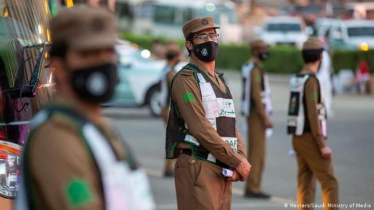 Pilgerfahrt mit Maske: Sicherheitsbeamte in Mekka | Corona & Hadsch | Pilgerfahrt (Reuters/Saudi Ministry of Media)