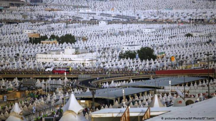 Vor Covid-19: Millionen von Pilgern in der Zeltstadt bei Mina (picture-alliance/AP Photo/D. Yasin)
