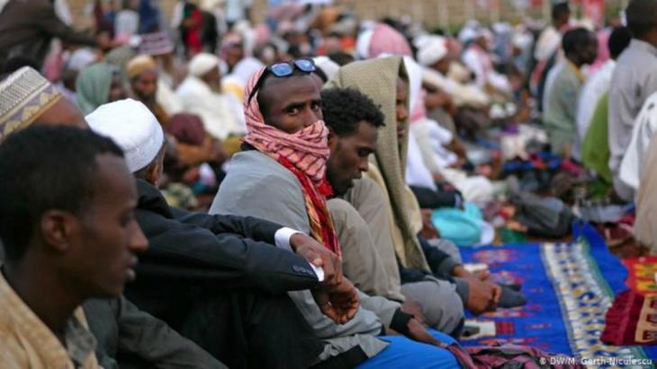 Muslimische Männer beten im Freien in Harar, Äthiopien (DW/M. Gerth-Niculescu)