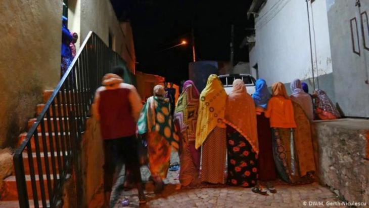 Frauen vor dem Eingang zur Grand-Jami-Moschee in Harar (DW/M. Gerth-Niculescu)