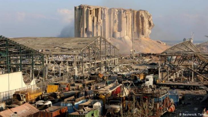 Zerstörte Hallen und Container, im Hintergrund aufgerissene Silos (Reuters/A. Taher)