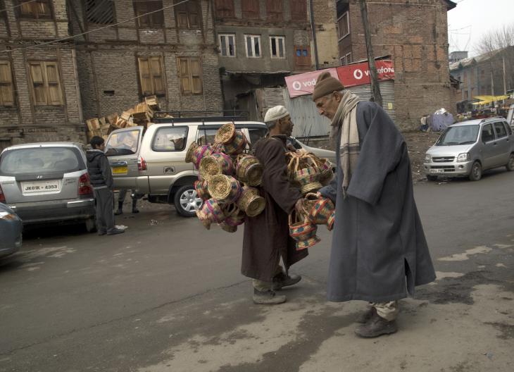 Ein älterer Kashmirer prüft die Qualität der angebotenen Kangdi. Foto: Sugato Mukherjee